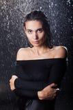 Προκλητικό κορίτσι στη βροχή Στοκ φωτογραφίες με δικαίωμα ελεύθερης χρήσης