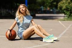 Προκλητικό κορίτσι στο γήπεδο μπάσκετ Στοκ φωτογραφίες με δικαίωμα ελεύθερης χρήσης
