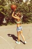 Προκλητικό κορίτσι στο γήπεδο μπάσκετ Στοκ Εικόνες