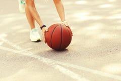 Προκλητικό κορίτσι στο γήπεδο μπάσκετ Στοκ Φωτογραφίες