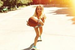 Προκλητικό κορίτσι στο γήπεδο μπάσκετ Στοκ εικόνα με δικαίωμα ελεύθερης χρήσης