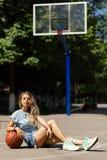 Προκλητικό κορίτσι στο γήπεδο μπάσκετ Στοκ Φωτογραφία