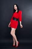 Προκλητικό κορίτσι στο κόκκινο μίνι φόρεμα στοκ φωτογραφία με δικαίωμα ελεύθερης χρήσης