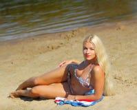Προκλητικό κορίτσι στο μπικίνι στην παραλία στοκ εικόνα