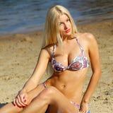 Προκλητικό κορίτσι στο μπικίνι στην παραλία στοκ φωτογραφίες με δικαίωμα ελεύθερης χρήσης