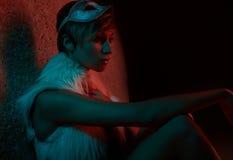 Προκλητικό κορίτσι στο σακάκι γουνών που φορά τη μάσκα Στοκ Εικόνες