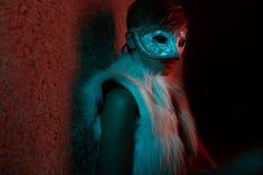 Προκλητικό κορίτσι στο σακάκι γουνών Στοκ εικόνες με δικαίωμα ελεύθερης χρήσης