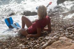 Προκλητικό κορίτσι δυτών μετά από την κατάδυσή της Στοκ Εικόνες