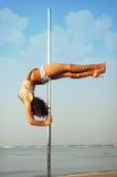 Προκλητικό κορίτσι χορού πόλων ενάντια στη θάλασσα. Στοκ Φωτογραφία