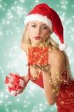 Προκλητικό κορίτσι Χριστουγέννων με το git στοκ φωτογραφία
