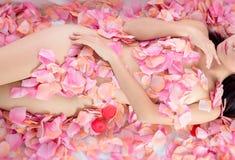 Προκλητικό κορίτσι flower spa Στοκ φωτογραφία με δικαίωμα ελεύθερης χρήσης