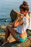 Προκλητικό κορίτσι undress πρίν κολυμπά Στοκ Εικόνα