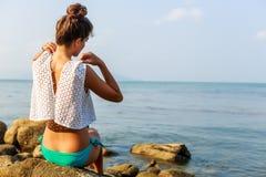 Προκλητικό κορίτσι undress πρίν κολυμπά Στοκ φωτογραφίες με δικαίωμα ελεύθερης χρήσης