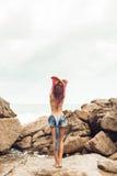 Προκλητικό κορίτσι undress στην παραλία βράχου Στοκ Εικόνες