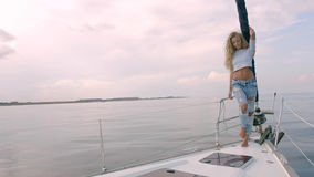 Προκλητικό μακρυμάλλες κορίτσι στο γιοτ Στοκ φωτογραφίες με δικαίωμα ελεύθερης χρήσης