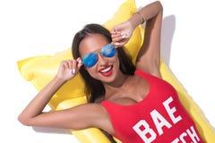 Προκλητικό μαυρισμένο brunette στον ηλιόλουστο πυροβολισμό γυαλιών ηλίου στοκ φωτογραφία με δικαίωμα ελεύθερης χρήσης