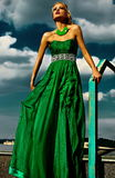 Προκλητικό μοντέρνο ξανθό πρότυπο με το φωτεινό makeup στο φόρεμα βραδιού Στοκ Εικόνες