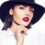Προκλητικό μοντέρνο πρότυπο μόδας στο άσπρο παλτό με τα κόκκινα χείλια Στοκ εικόνες με δικαίωμα ελεύθερης χρήσης