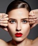 Προκλητικό μοντέρνο πρότυπο brunette με τα κόκκινα χείλια στοκ εικόνα