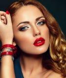Προκλητικό μοντέρνο πρότυπο brunette με τα κόκκινα χείλια Στοκ Εικόνες