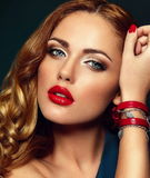 Προκλητικό μοντέρνο πρότυπο brunette με τα κόκκινα χείλια Στοκ φωτογραφία με δικαίωμα ελεύθερης χρήσης