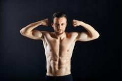 Προκλητικό μυϊκό άτομο γυμνοστήθων στο σκοτεινό κλίμα Στοκ φωτογραφία με δικαίωμα ελεύθερης χρήσης