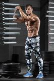 Προκλητικό μυϊκό άτομο στη γυμναστική, διαμορφωμένος κοιλιακός Ισχυρά αρσενικά γυμνά ABS κορμών, επίλυση στοκ φωτογραφία με δικαίωμα ελεύθερης χρήσης