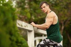 Προκλητικό μυϊκό άτομο υπαίθριο Φίλαθλο αρσενικό sportswear έξω στοκ φωτογραφίες