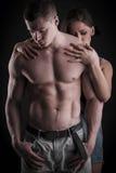 Προκλητικό μυϊκό γυμνό άτομο και θηλυκά χέρια Στοκ Φωτογραφία
