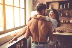 Προκλητικό νέο ζεύγος στην κουζίνα στοκ φωτογραφία με δικαίωμα ελεύθερης χρήσης