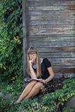 Προκλητικό νέο κορίτσι με ένα λεύκωμα για το σχέδιο Στοκ Εικόνα