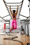 Προκλητικό νέο κορίτσι που σηκώνει στη γυμναστική Στοκ Εικόνες