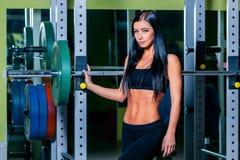 Προκλητικό νέο κορίτσι που στηρίζεται μετά από τις κοντόχοντρες ασκήσεις Γυναίκα brunette ικανότητας Στοκ Εικόνες