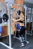 Προκλητικό νέο κορίτσι που στηρίζεται μετά από τις κοντόχοντρες ασκήσεις Όμορφη γυναίκα ικανότητας Στοκ Εικόνες