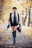 Προκλητικό ξανθό κορίτσι με το όπλο Στοκ φωτογραφία με δικαίωμα ελεύθερης χρήσης