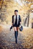 Προκλητικό ξανθό κορίτσι με το όπλο Στοκ Φωτογραφίες