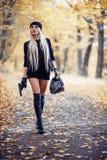 Προκλητικό ξανθό κορίτσι με το όπλο Στοκ Εικόνες