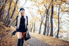 Προκλητικό ξανθό κορίτσι με το όπλο Στοκ εικόνα με δικαίωμα ελεύθερης χρήσης