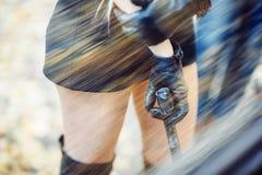 Προκλητικό ξανθό κορίτσι με το όπλο Στοκ Φωτογραφία