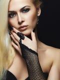 Προκλητικό ξανθό κορίτσι στα γάντια Στοκ Εικόνα