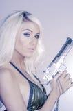 Προκλητικό ξανθό πυροβόλο όπλο εκμετάλλευσης γυναικών Στοκ φωτογραφία με δικαίωμα ελεύθερης χρήσης