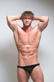 Προκλητικό πολύ μυϊκό αρσενικό πρότυπο στο εσώρουχο στοκ φωτογραφία με δικαίωμα ελεύθερης χρήσης