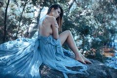 Προκλητικό πρότυπο πορτρέτο μόδας τέχνης Κορίτσι σε μια παραλία στοκ εικόνες