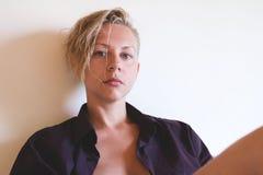 Προκλητικό πρότυπο στο ανθρώπινο πουκάμισο χωρίς σύνθεση Στοκ εικόνες με δικαίωμα ελεύθερης χρήσης