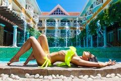 Προκλητικό όμορφο κορίτσι στο μπικίνι στη λίμνη στο ξενοδοχείο Καλοκαίρι β στοκ εικόνες