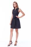 Προκλητικό όμορφο μαύρο μακρύ φόρεμα ένδυσης γυναικών ξανθών μαλλιών μόδας πρότυπο Στοκ Φωτογραφία