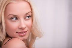 Προκλητικό όμορφο ξανθό κορίτσι στα εσώρουχα Στοκ Εικόνες