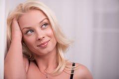Προκλητικό όμορφο ξανθό κορίτσι στα εσώρουχα Στοκ εικόνες με δικαίωμα ελεύθερης χρήσης