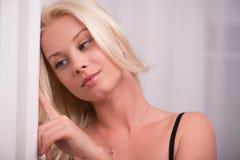 Προκλητικό όμορφο ξανθό κορίτσι στα εσώρουχα Στοκ Εικόνα