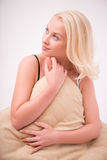 Προκλητικό όμορφο ξανθό κορίτσι στα εσώρουχα Στοκ Φωτογραφίες